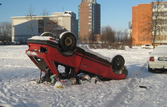 Fotopolicija: apverstas automobilis