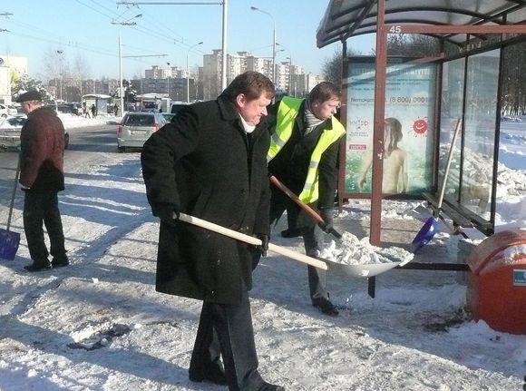 Aukščiausi miesto vadovai, patys savo rankomis kasdami sniegą, stebino daugelį praeivių.