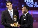 """AFP/""""Scanpix"""" nuotr./Pele sveikino Kaka, kaip geriausią pasaulio futbolininką, 2007 metais"""