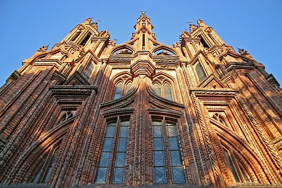 Nors Šv. Onos bažnyčia laikoma Lietuviškos gotikos šedevru, neatsiranda, kad ja pasirūpintų.