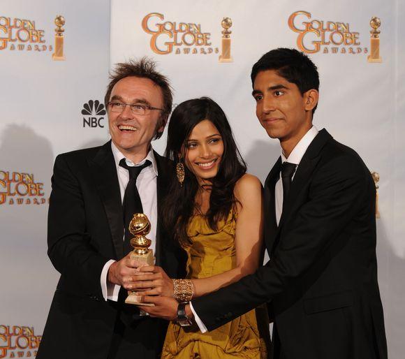 Filmo režisierius Danny Boyle'as (kairėje) su aktoriais Freida Pinto ir Devu Patelu