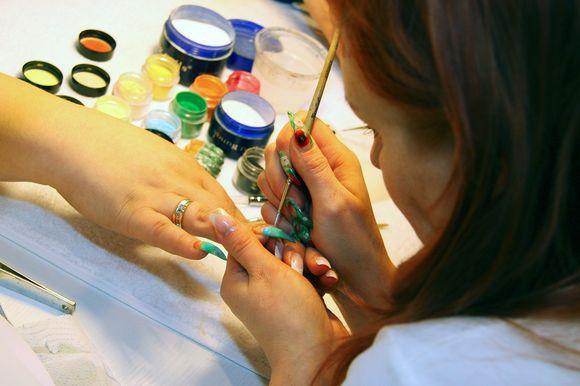 Grožio salone atliekamas manikiūras