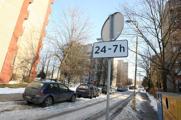 """Šalia prekybos centro """"Šilas"""" nusukioti kelio ženklai glumina gyventojus ir pareigūnus."""