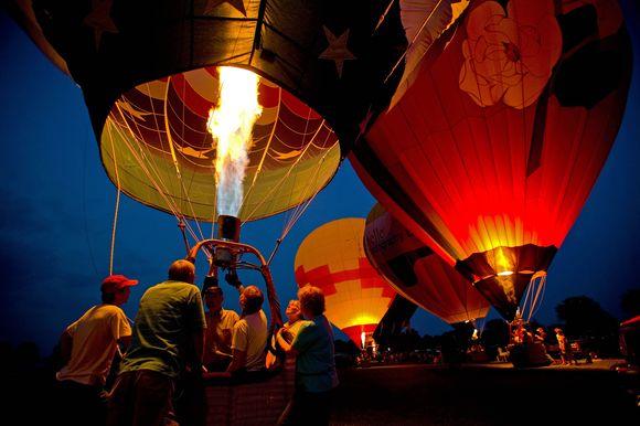 Lietuviai pilotai karšto oro balionu pasiryžę perskristi Alpes.