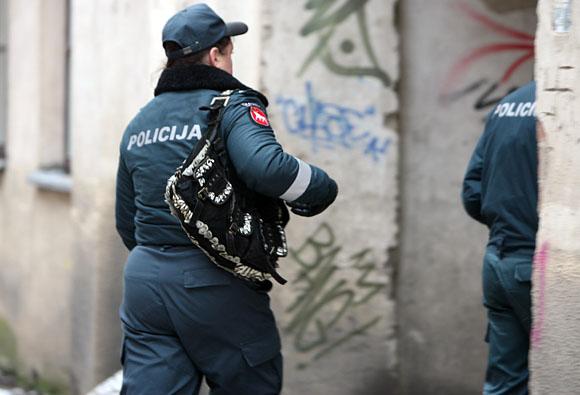 Policininkė su stilinga rankine