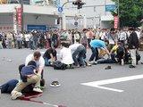 """AFP/""""Scanpix"""" nuotr./Tomohiro Kato iš pradžių automobiliu rėžėsi į pėsčiuosius, o po to iššoko iš automobilio ginkluotas peiliu."""