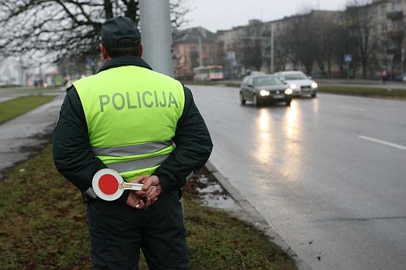 Taisyklių nepaisanti mergina pasigyrė problemas su policininkais išsprendžianti kyšiais.