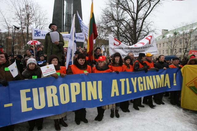 Atlyginimų augimo lietuviams teks palūkėti.