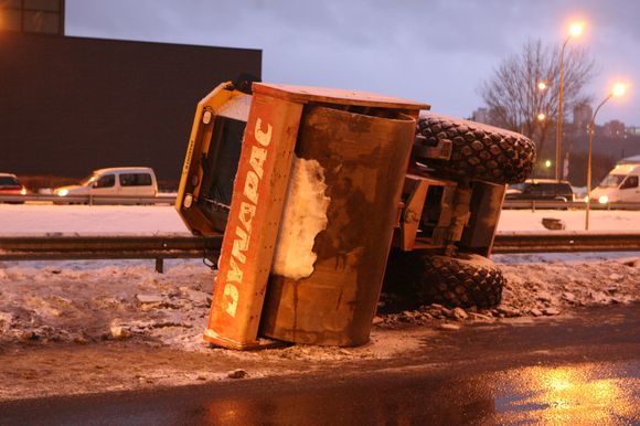 Tralas Vilniuje pametė vežamą krovinį.