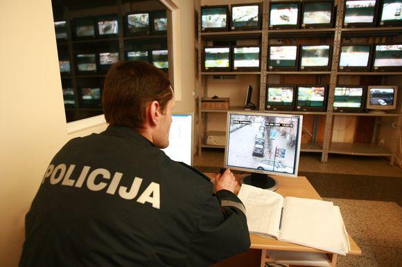 Vaizdo kamerų transliuojamą vaizdą visą parą stebi policijos pareigūnai.