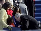 "AFP/""Scanpix"" nuotr./George`as W. Bushas sveikinasi su Sasha Obama."