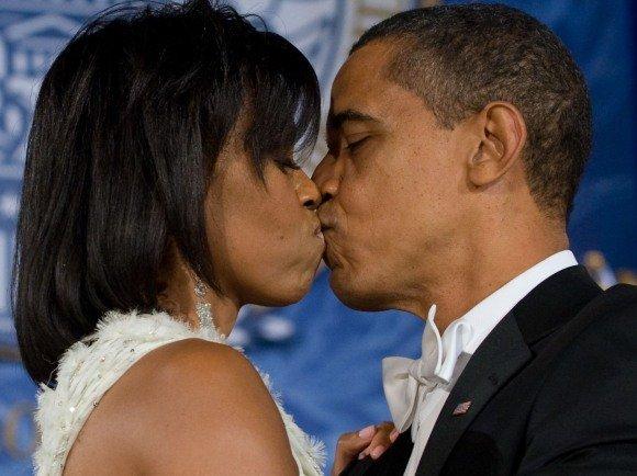 """AFP/""""Scanpix"""" nuotr./B.Obama su žmona šoka savo pirmąjį prezidentinį šokį"""