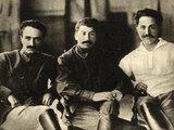 wikipedia.org nuotr./Anastasas Mikojanas (kairėje) šioje nuotraukoje įamžintas su Josifu Stalinu ir Grigorijumi Ordžonikidze.