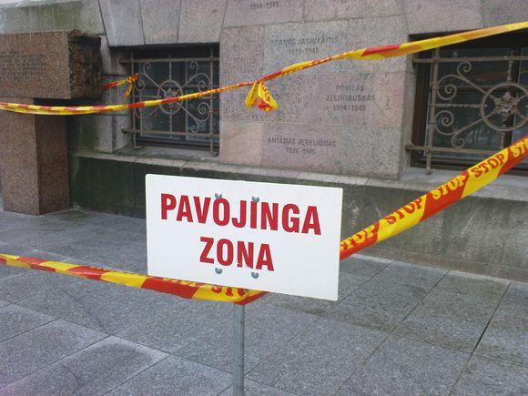 Nepanašu, kad šioje vietoje nuo pastato kažkas kristų, bet zona aptverta.