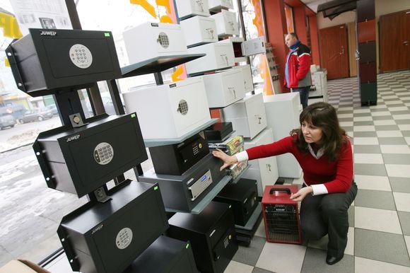 """Kaune seifais prekiaujančios įmonės UAB """"Argos grupė"""" darbuotoja stebėjosi, kaip ilgapirščiai gali išvilkti net kelis šimtus sveriančius seifus."""