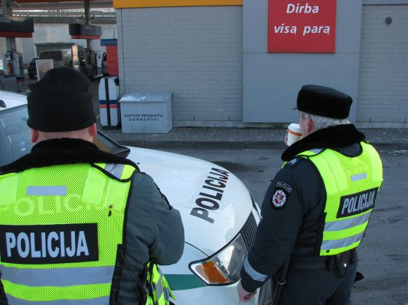 Policininkai nenoriai fotografavosi su užkandžiais.