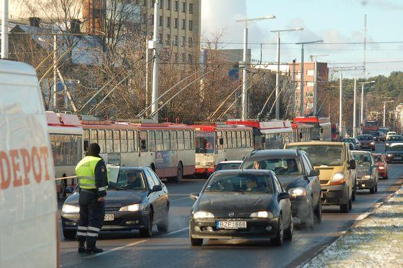 Eismo spūstis sukėlęs šviesoforo gedimas policijos pareigūnams pasirodė nereikšminags – patruliai reguliuoti transporto judėjimo nematė prasmės.