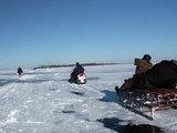 Rolando Žalgevičiaus nuotr./Žvejai ant Kuršių marių ledo