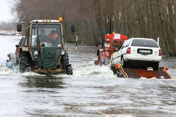 """Egidijaus Jankausko/dienraščio """"15 minučių"""" nuotr./Prasidėjus potvyniui per parą kelio ruože Šilutė-Rusnė perkeliama apie 700 automobilių."""