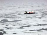 Rolando Žalgevičiaus nuotr./Pasieniečių laivas ant oro pagalvės ant Kuršių marių ledo