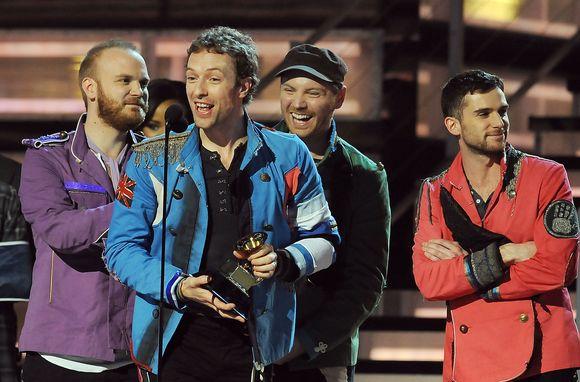 """Chrisas Martinas ir kiti grupės """"Coldplay"""" nariai apdovanoti už geriausią roko albumą."""