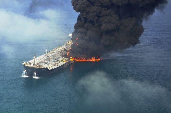 Naftą gabenęs tanklaivis susidūrė su krovininiu laivu.