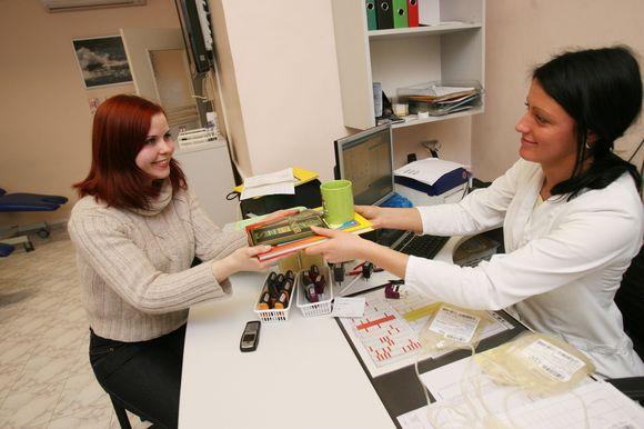 Neatlygintini donorai už dovanotą kraują pamaloninami simbolinėmis atminimo dovanėlėmis.