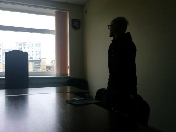 Posėdis šįryt prasidėjo 25 minutėmis vėliau, nei buvo numatyta. Kol laukė teisėjos, G.Ivanauskas susimąstęs žvelgė pro posėdžių salės langą.