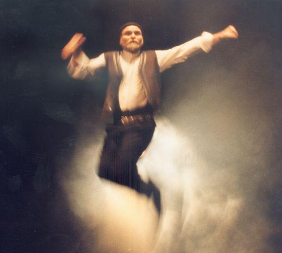 """V.Bagdonas – pirmasis dramos aktorius, kuriam patikėtas pagrindinis vaidmuo Kauno muzikinio teatro spektaklyje. Nuotraukoje – kadrai iš miuziklo """"Zorba""""."""