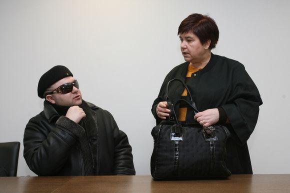 Dainininkas E.Ostapenka, kaip ir dera žvaigždei, teismo salėje sėdėjo akis slėpdamas po tamsiais akiniais.