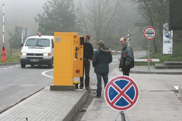 Neperskaitę naudojimosi rinkliavos automatais instrukcijos vietiniai gyventojai ir Neringos svečiai prie automatų gerokai užtrunka, dėl to nusidriekia eilės.