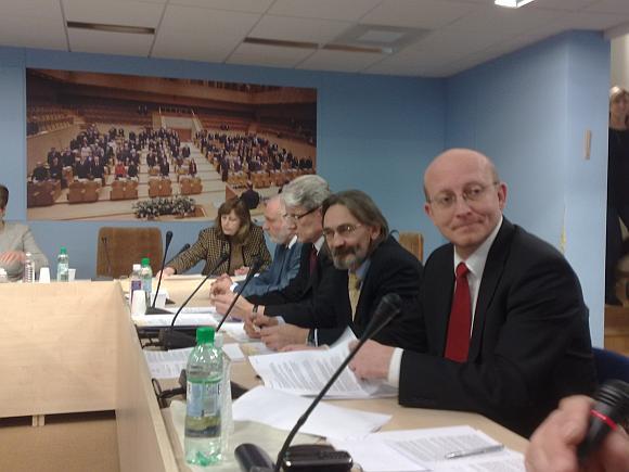 Seimo pirmininkas Arūnas Valinskas buvo priverstas teisintis Etikos ir procedūrų komisijos posėdyje.
