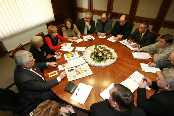 Kaip padėti išspręsti finansinio nepritekliaus problemas sporto įstaigoms trečiadienį diskutuota prie apskritojo stalo.