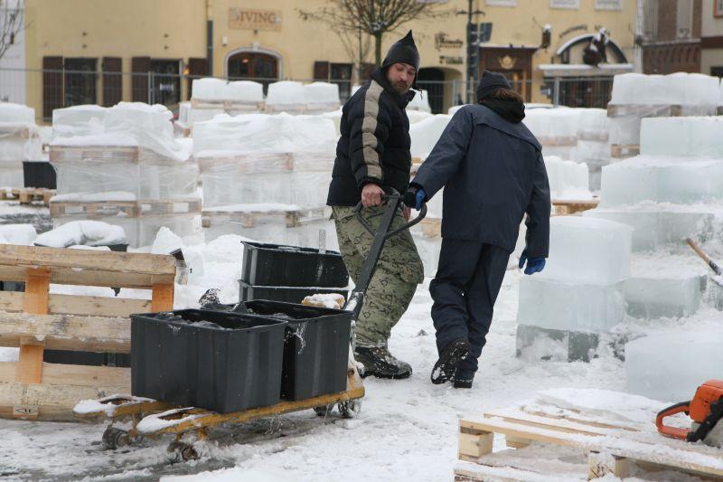 """Iš 200 tonų ledo 7 skulptoriai išlydys 4–5 metrų aukščio gražiausių Vilniaus barokinių pastatų kopijas. Jie žada savo kūrinius pabaigti šeštadienį – prieš pat čia vyksiančią """"Ledo misteriją""""."""