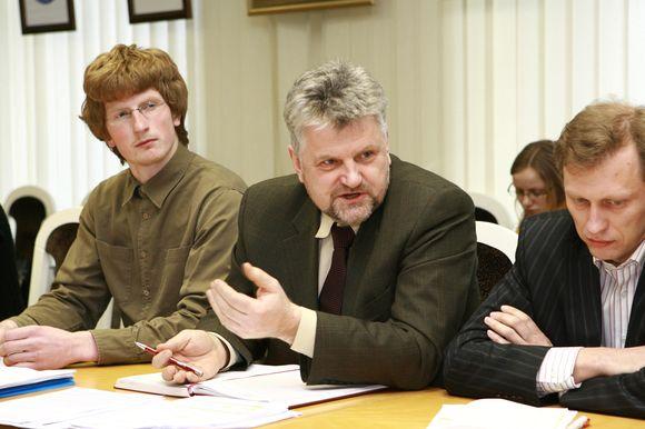 Anot doviliškio V.Švanio (viduryje), gyventojams pasakoma ne visa tiesa apie ketinimus kirsti Baičių mišką ir kasti karjerą.