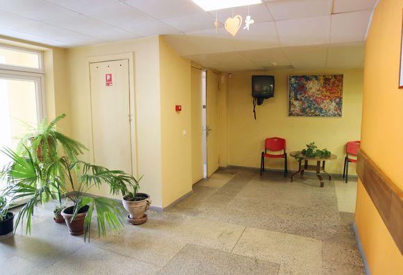 Nenaudojamoje laiptinėje, kurią nuo kitų poliklinikos patalpų skiria tik ne itin sandarios durys, darbuotojai įsirengę patogų rūkomąjį.