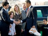 """Reuters""/""Scanpix"" nuotr./Dovana B.Obamai truputėlį per didelė..."