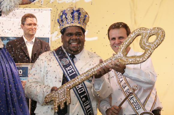 """Stebint tūkstančiams turistų ir miesto gyventojų miesto meras Karaliui Momo, brazilų folkloro personažui, karnavalo karalienei ir dviems """"princesėms"""" įteikė simbolinį miesto raktą."""