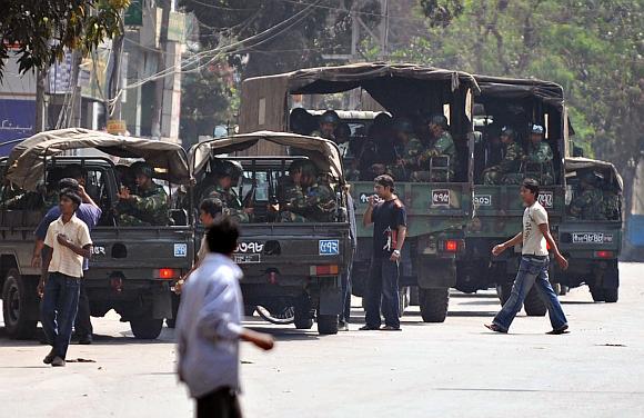Į Bangladešo sostinę įžengė kariuomenė.