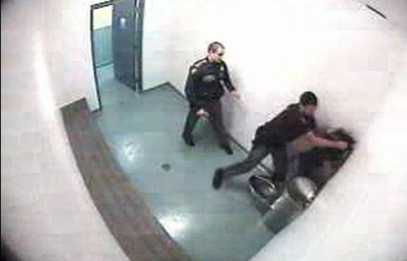 Šerifo pavaduotojas Paulas Schene'as sumušė paauglę.