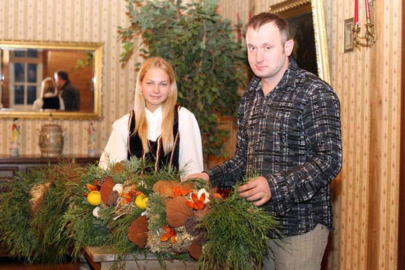 """Šiuo metu restorane """"Bajorkiemis"""" ekstravagantiškais kūriniais ir originaliais rekordais pagarsėjęs floristas ir dizaineris Modestas Vasiliauskas gamina didžiausią Lietuvos istorijoje verbą."""