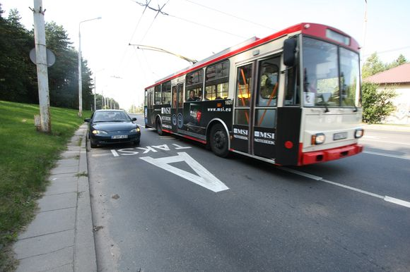 """Pasak """"Vilniaus troleibusų"""" vadovo J.Bagdonavičiaus, vairuotojams kurį laiką teks pamiršti 13-ą atlyginimą ir pagal infliacijos lygį koreguojamą mėnesinį užmokestį."""