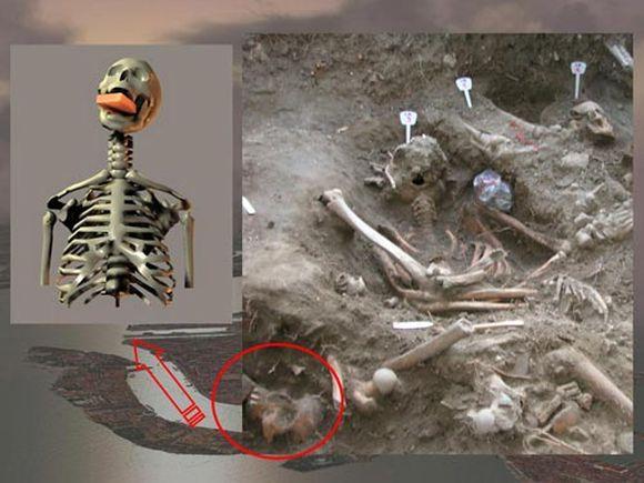 Kasinėdami masinę kapavietę Venecijoje, Italijoje, archeologai aptiko moters skeletą su į burną įdėta plyta.