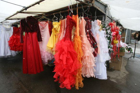 Gariūnuose smukusi prabangesnių prekių, tarp jų ir vestuvinių suknelių, paklausa: anksčiau žmonės noriai pirkdavo 1–1,2 tūkst. Lt kainuojančias sukneles, dabar labiau domisi 600–800 Lt vertės vestuviniais apdarais.
