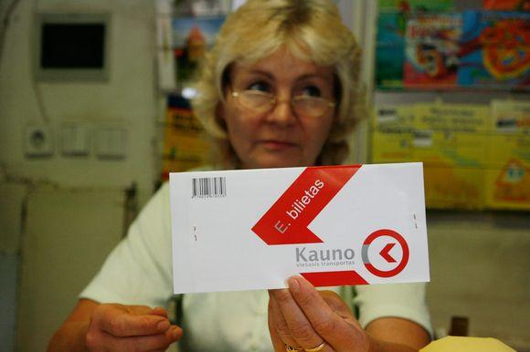 """Nors """"Kauno spaudos"""" kioskuose vienkartinių bilietėlių įsigyti neįmanoma, prekybą mėnesiniais bilietais ši bendrovė vis dėl to tęsia."""