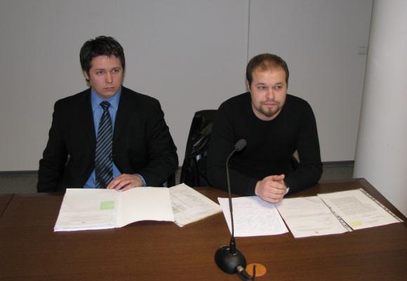 Vairuotojas J.Aleškevičius (dešinėje) su advokatu.
