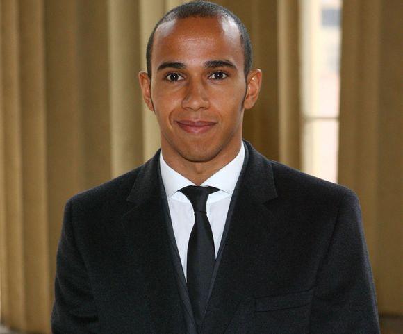 L.Hamiltonas ceremonijoje buvo pasirišęs juodą kaklaraištį.