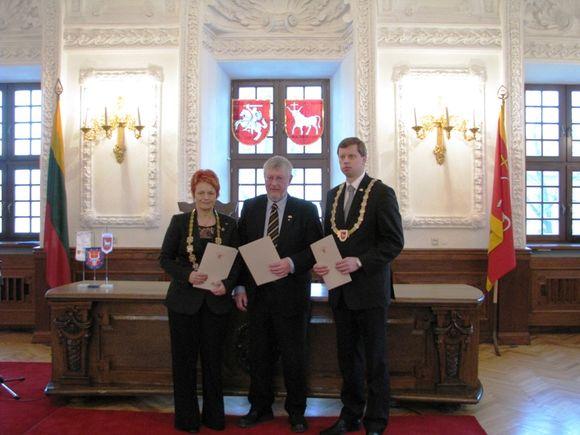 Sutartį savo parašais patvirtino Vestfoldo apskrities meras P. Johansen (viduryje), Kauno miesto meras A.Kupčinskas (dešinėje) ir Kauno apskrities viršininkė O.Balžekienė.