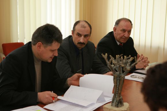 """Smiltelės"""" bendrijos atstovai vakar sutiko su Klaipėdos apskrities viršininko siūlymu ginčą pavesti spręsti Aplinkos ministerijai."""