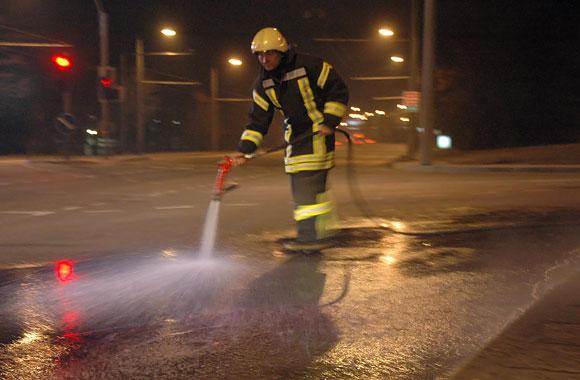 Ugniagesys avarijos vietoje plauna asfaltą